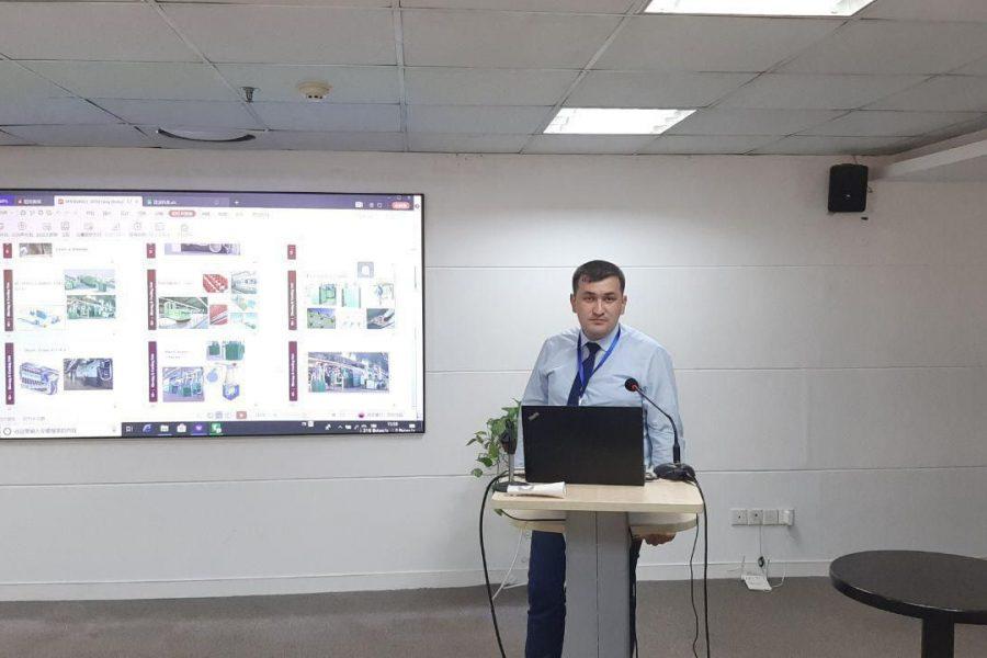Специалисты текстильной изучают текстильную инженерию и менеджмент в Китае